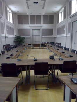 L'ancienne salle d'audience, transformée en salle du conseil municipal.